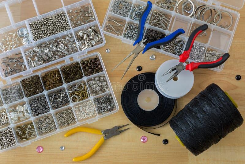 Perni capi, clip sull'orecchino, nastro, cavo, pinze per gioielli che fanno rifornimento immagine stock libera da diritti