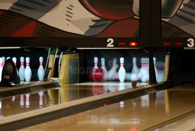 Perni di bowling che cadono dalla palla immagini stock libere da diritti