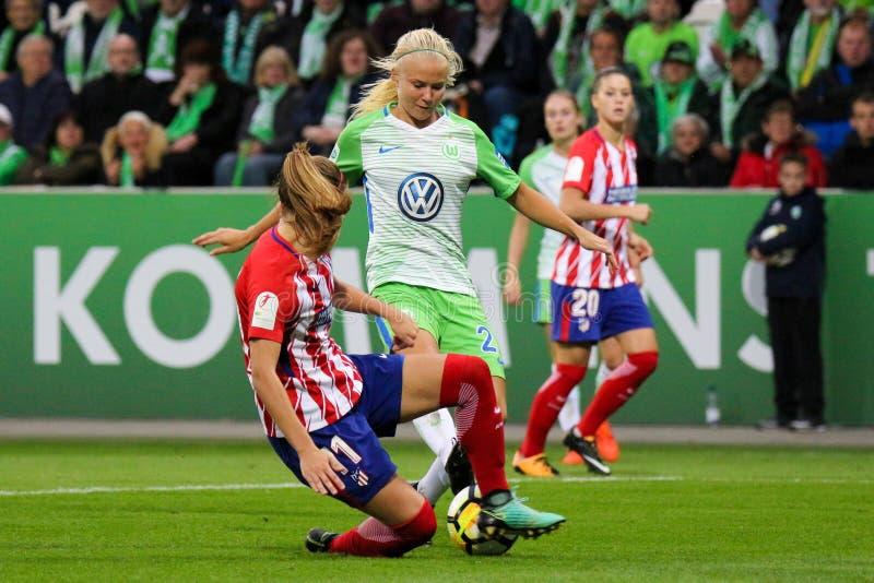 Pernille σκληρότερο και Carmen Menayo Montero στη δράση κατά τη διάρκεια του Champions League των γυναικών UEFA στοκ εικόνες