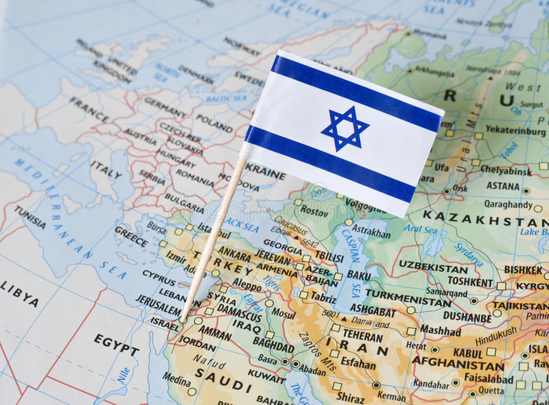 Perno de la bandera de Israel en mapa fotografía de archivo libre de regalías