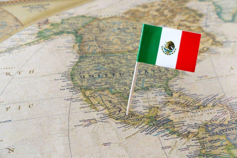 Perno de la bandera de México en mapa imagen de archivo