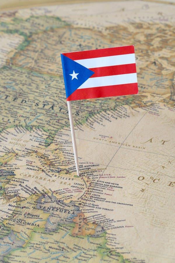 Perno de la bandera de Puerto Rico en un mapa del mundo imagen de archivo libre de regalías