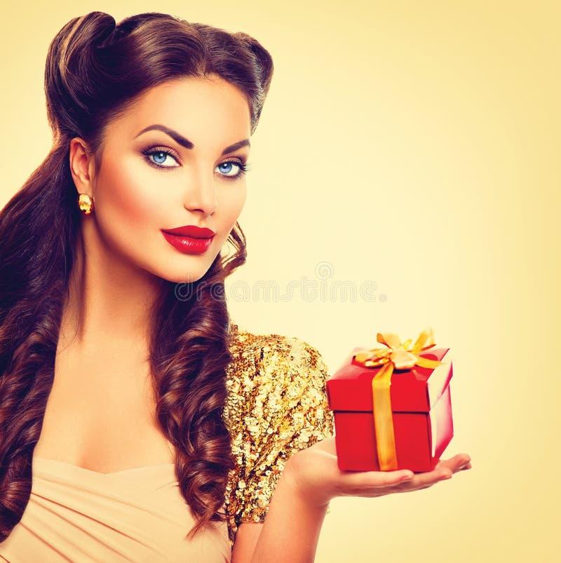 Perno de la belleza encima de la muchacha con la caja de regalo de vacaciones imágenes de archivo libres de regalías
