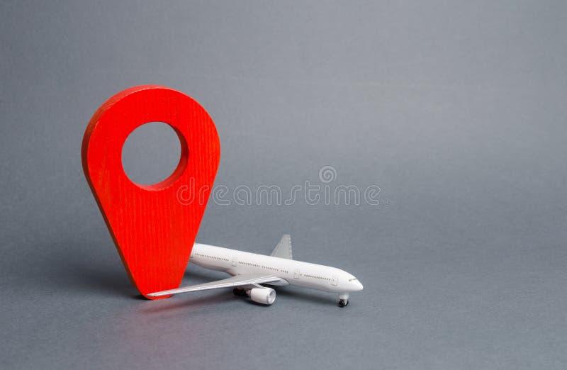 Perno de la posición y avión de pasajeros rojos del pasajero Transporte aéreo y turismo, viaje Punta de destinaci?n Libre circula imagen de archivo libre de regalías