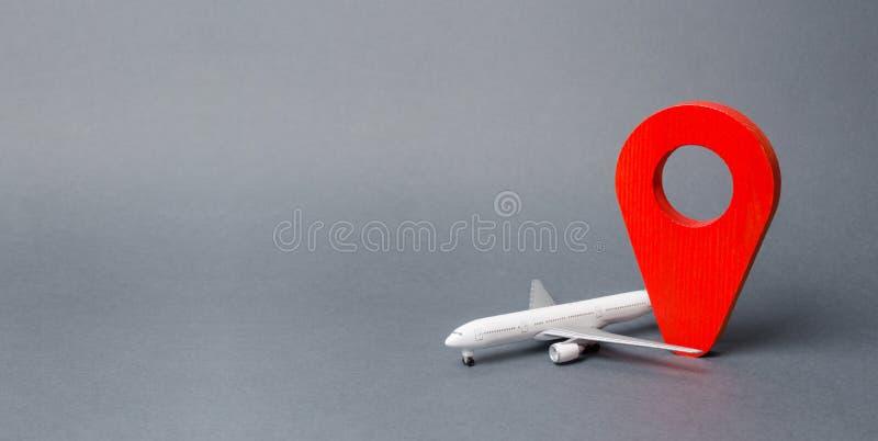 Perno de la posición y avión de pasajeros rojos del pasajero Transporte aéreo y turismo, viaje Punta de destinaci?n Libre circula fotografía de archivo libre de regalías