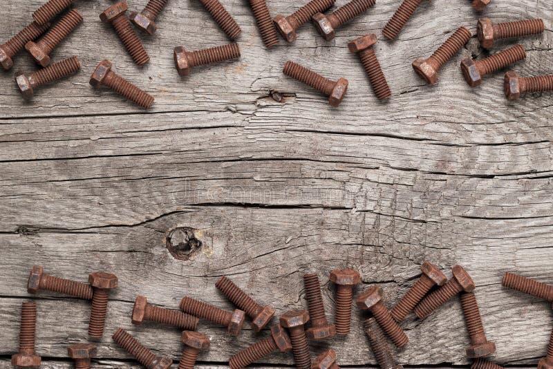 Perno de tornillo oxidado en la tabla de madera fotografía de archivo