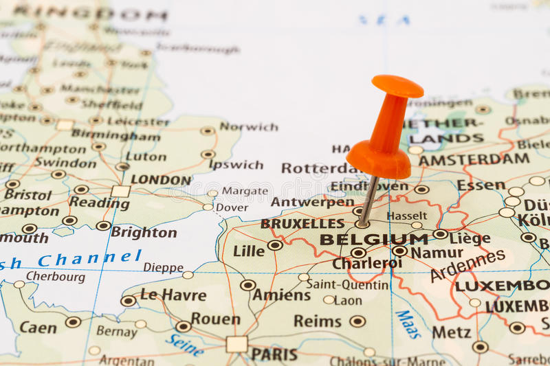 Perno del mapa de Bélgica y de Bruselas imagen de archivo