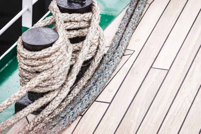 Perno del puerto deportivo del puerto con la cuerda fotos de archivo