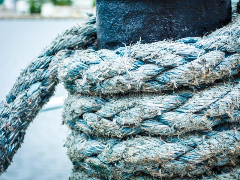 Perno del puerto deportivo del puerto con la cuerda foto de archivo