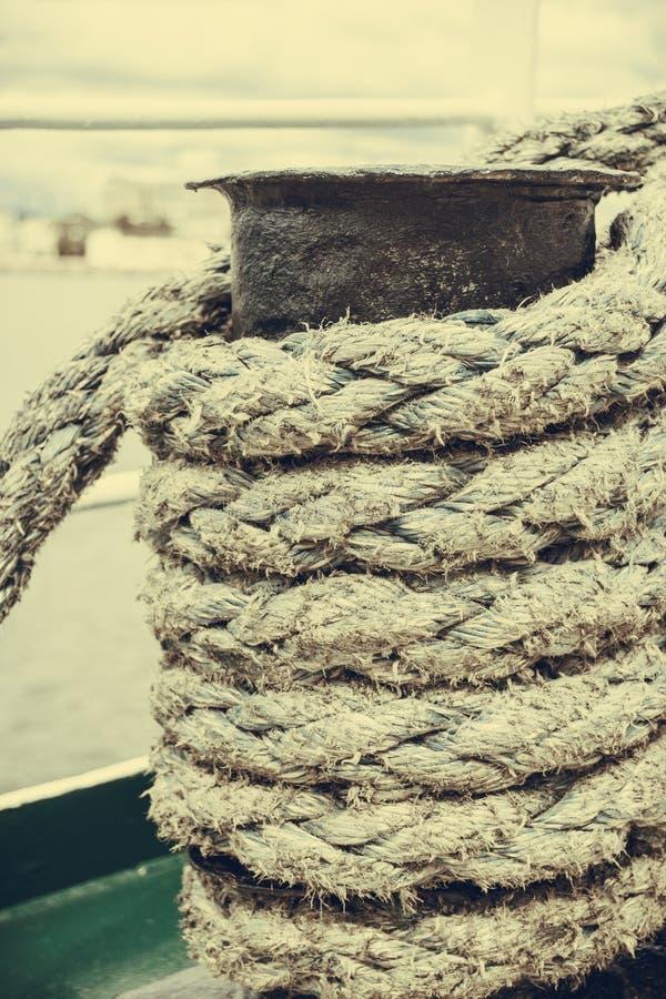 Perno del puerto deportivo del puerto con la cuerda imagenes de archivo