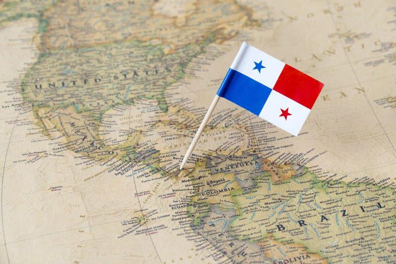 Perno della bandiera del Panama sulla mappa di mondo immagini stock libere da diritti