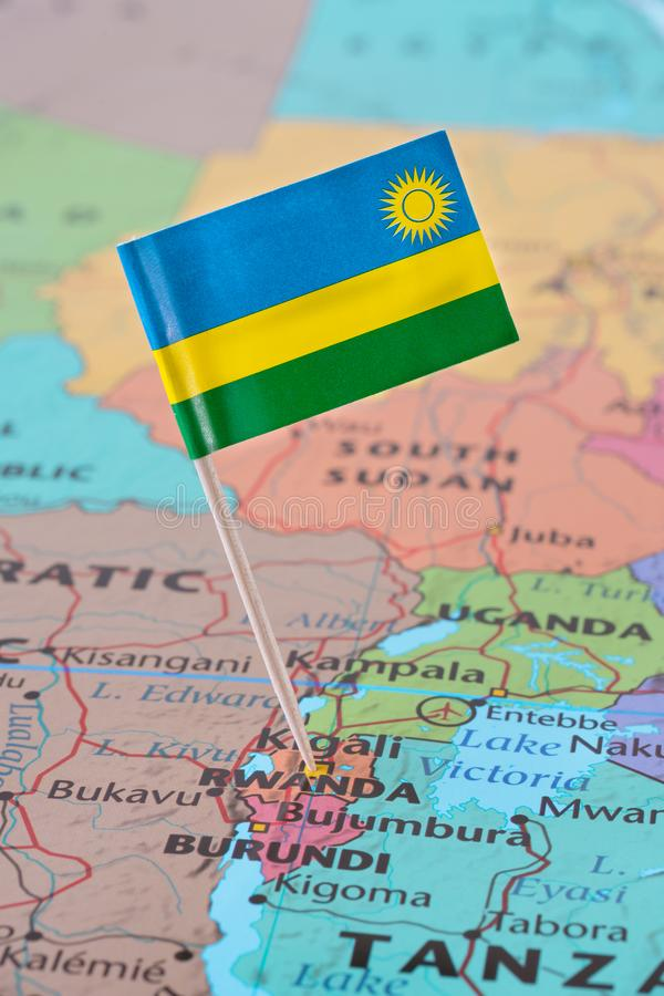 Perno della bandiera del Ruanda sulla mappa fotografie stock