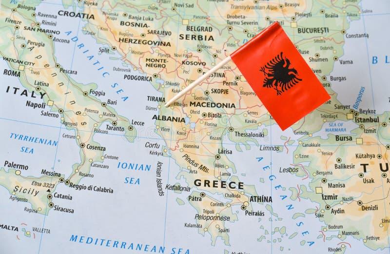 Perno della bandiera dell'Albania sulla mappa immagini stock libere da diritti