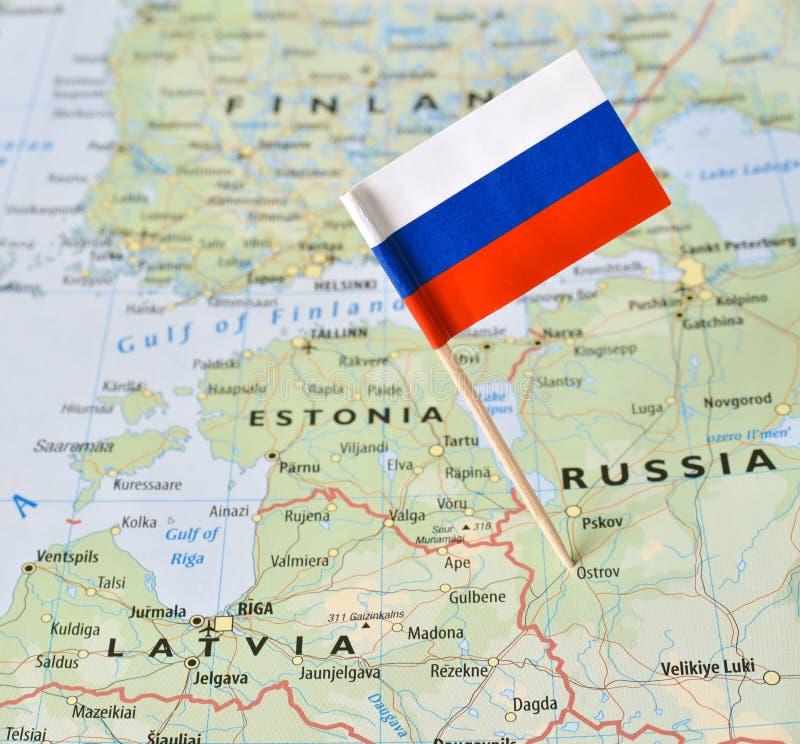 Perno della bandiera della Russia sulla mappa immagini stock