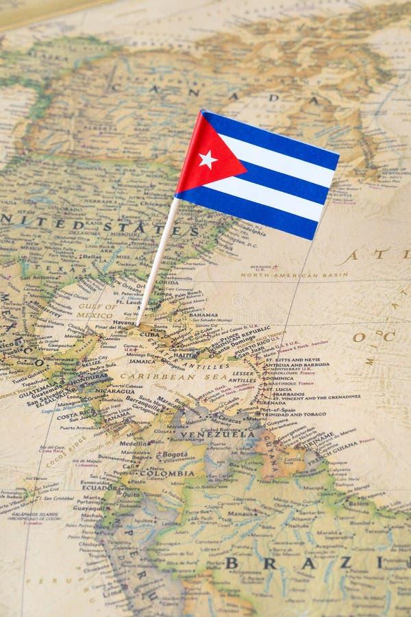 Perno della bandiera di Cuba su una mappa di mondo fotografie stock libere da diritti