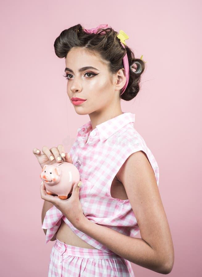 perno encima de la mujer con maquillaje de moda Mujer retra con el moneybox muchacha modela con el pelo de la moda Muchacha bonit fotos de archivo libres de regalías