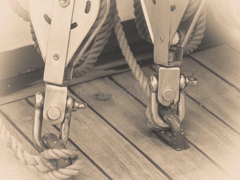 Perno grande del puerto deportivo del puerto del metal con la cuerda fotografía de archivo libre de regalías