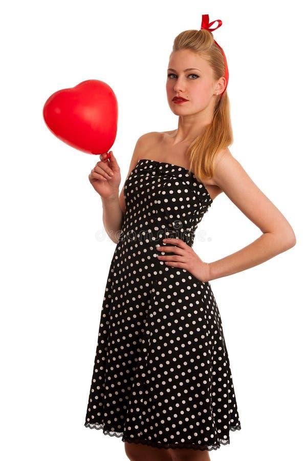 Perno retro del estilo encima de la muchacha con el pelo rubio en vestido negro con whi imagen de archivo
