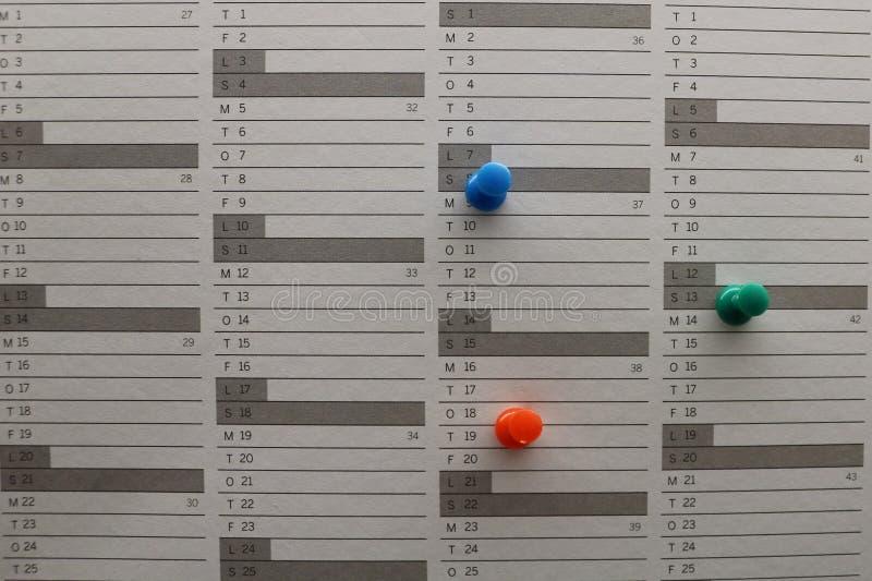 Pernos coloridos en el calendario fotografía de archivo