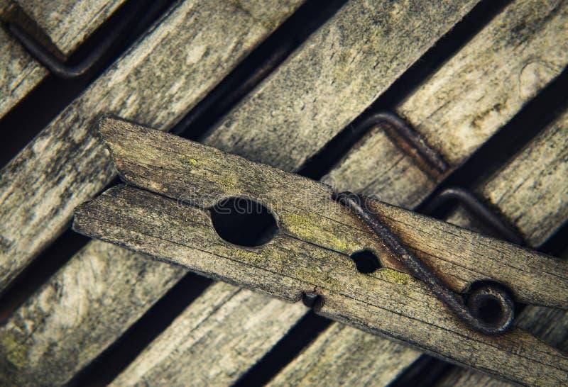 Pernos de madera viejos para el lavadero imagenes de archivo