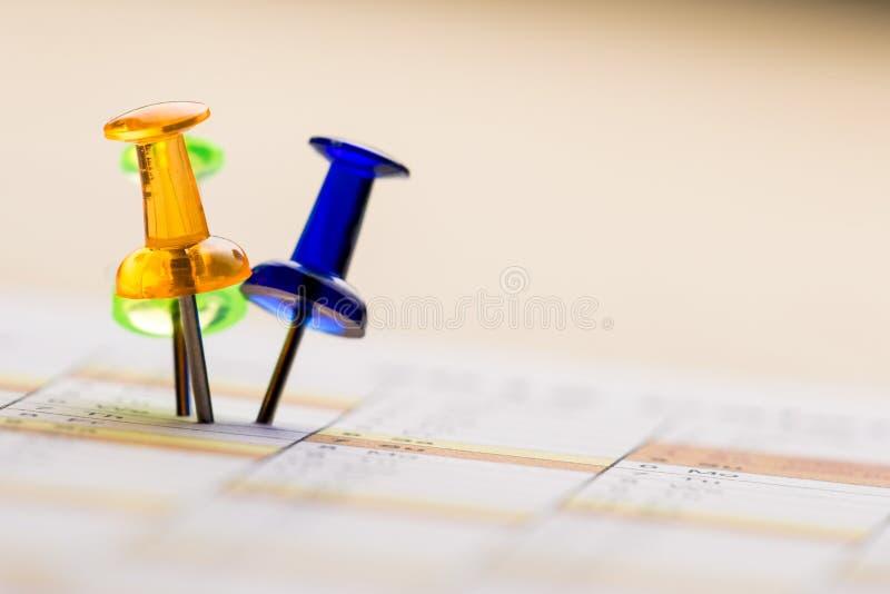 Pernos en calendario foto de archivo