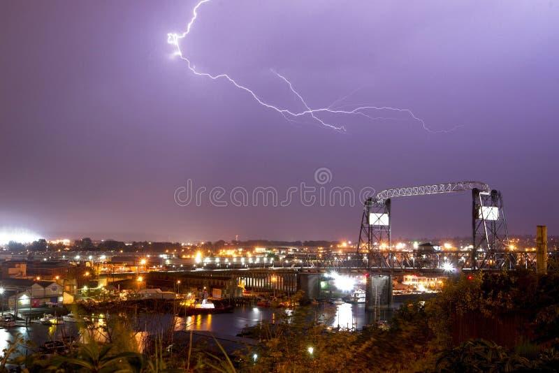 Pernos Murray Morgan Bridge WA de los rayos de la tormenta eléctrica imagen de archivo