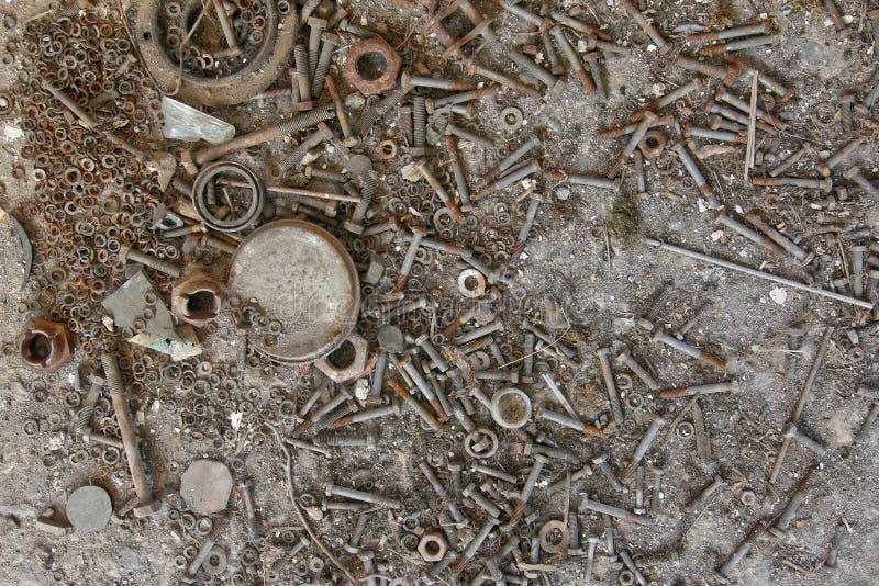 Pernos, nueces y lavadoras oxidados viejos imagen de archivo