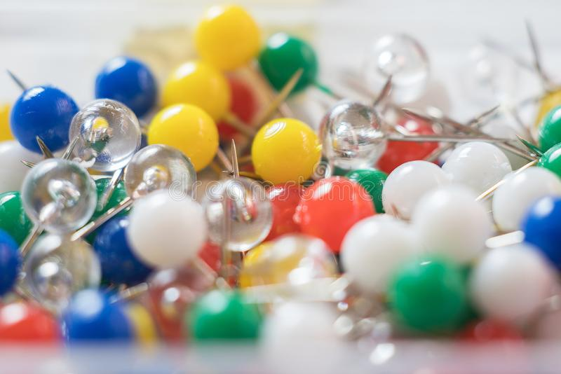 Pernos o chinchetas coloridos, cierre del empuje para arriba imágenes de archivo libres de regalías