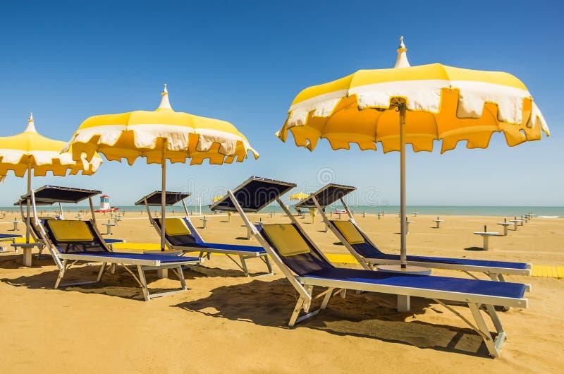 Ombrelli e sunbeds - spiaggia di Rimini, Italia immagine stock