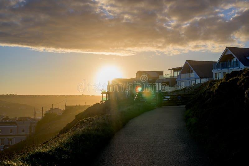 Perranporth在perranporth,康沃尔郡,英国,在日出期间的英国欧洲的海滩边 库存照片