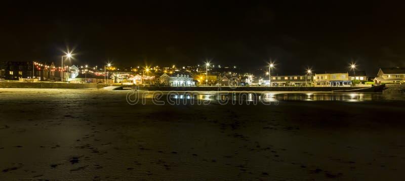 Perranporth-Stadt durch den Strand auf Misty Night lizenzfreies stockbild