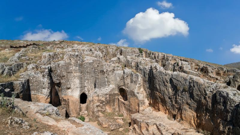 Perre es una ciudad antigua con aproximadamente 200 tumbas de la cueva y un lugar del acuerdo en Adiyaman, Turquía imagen de archivo libre de regalías