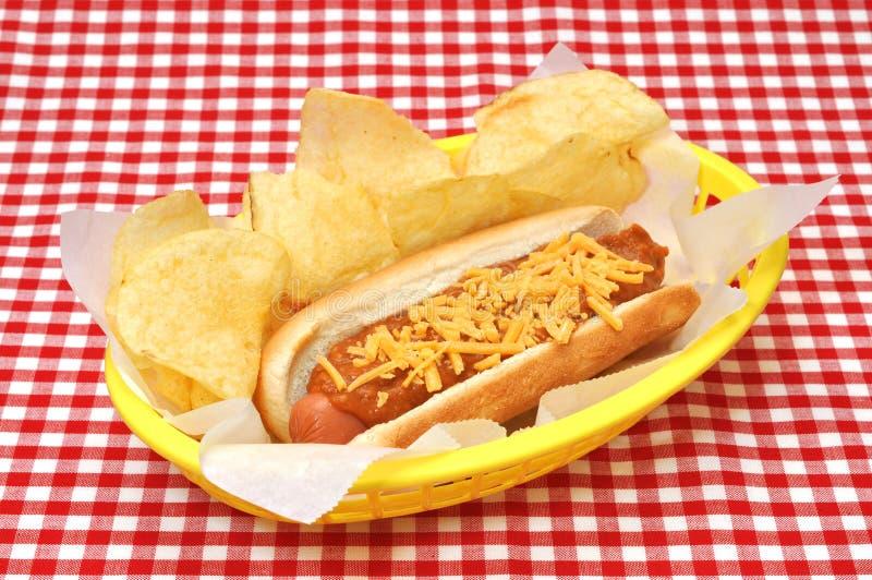Perrito caliente del queso del chile con las patatas fritas fotografía de archivo
