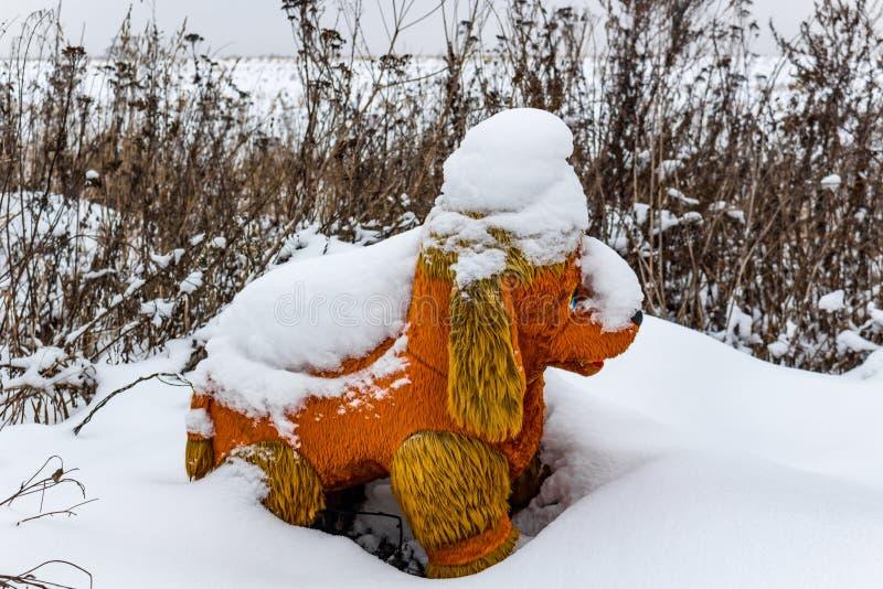 Perro abandonado de la felpa en la nieve imagen de archivo libre de regalías