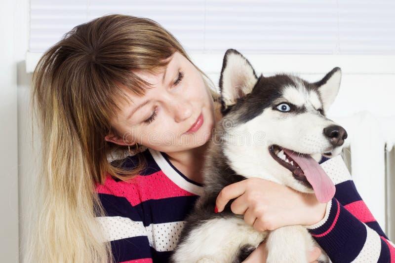 Perro esquimal de la mujer y del perro imagen de archivo libre de regalías