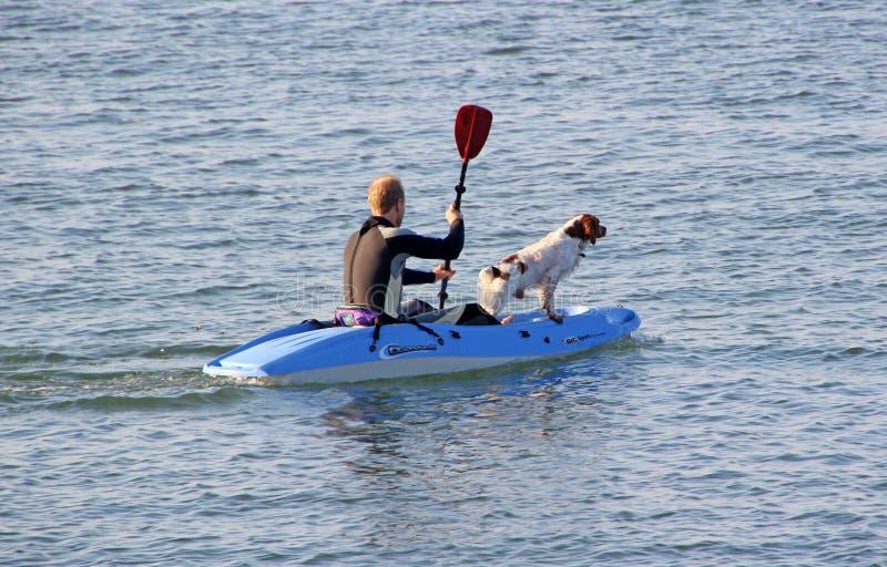 Perro y dueño en kajak foto de archivo libre de regalías