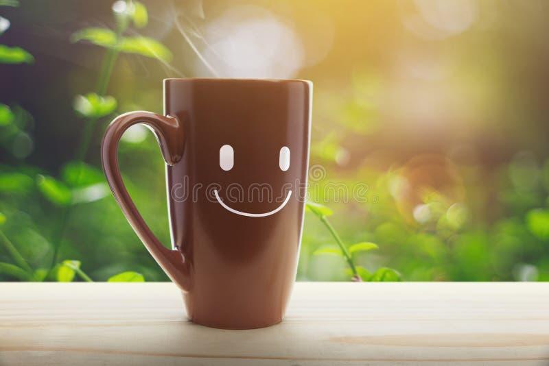 Perron vide de tasse de café de Brown le matin photographie stock libre de droits