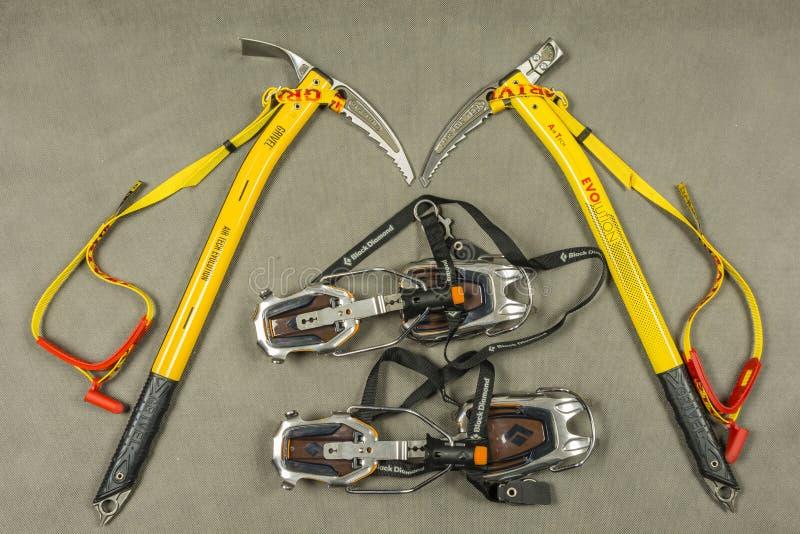 Persönliche Ausrüstung für einen Touristen oder einen Bergsteiger während der Winterwanderungen lizenzfreies stockbild
