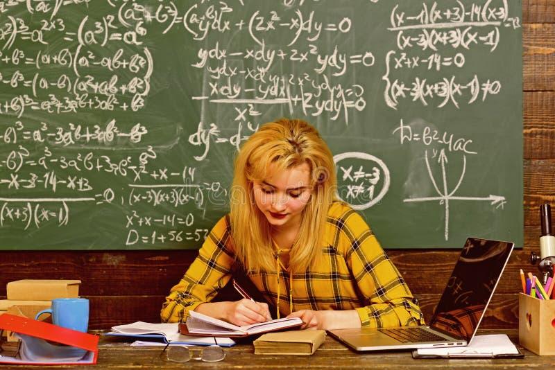Persönliche Beziehungen sind zum Studentenerfolg grundlegend Konzeptbildung - zurück zu Schule auf grünem Hintergrund stockfotos