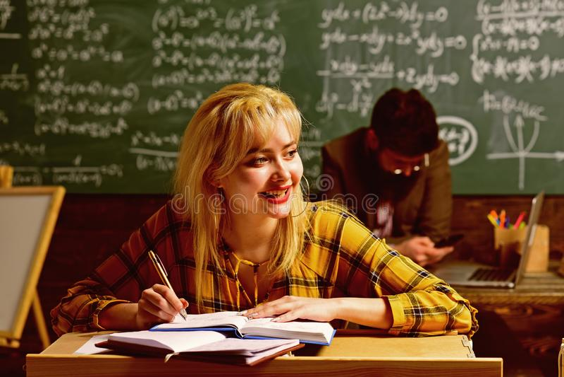 Persönliche Beziehungen sind zum Studentenerfolg grundlegend Studierende und lesende Highschool oder Studenten stockfoto