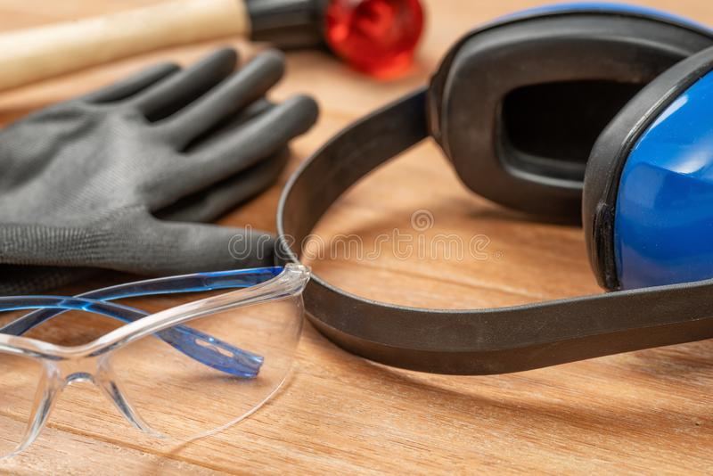 Persönliche Schutzausrüstung auf einem hölzernen Hintergrund stockbilder