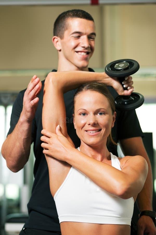 Persönlicher Kursleiter in der Gymnastik stockfoto