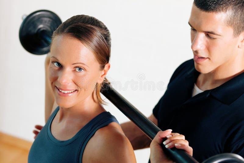 Persönlicher Kursleiter in der Gymnastik stockfotos