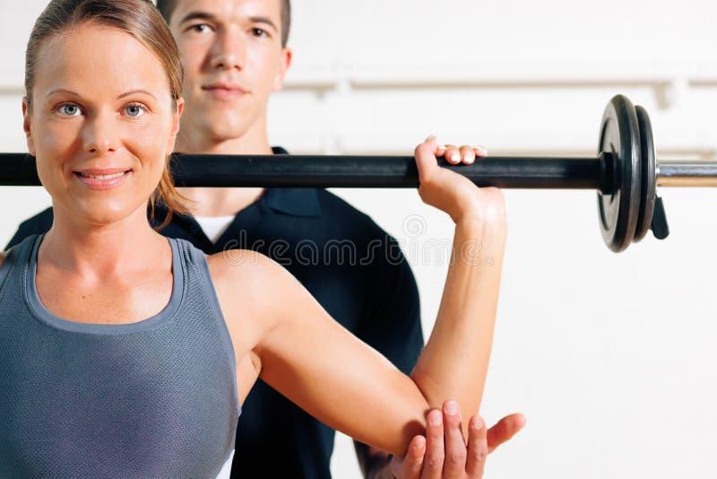 Persönlicher Kursleiter in der Gymnastik lizenzfreie stockbilder