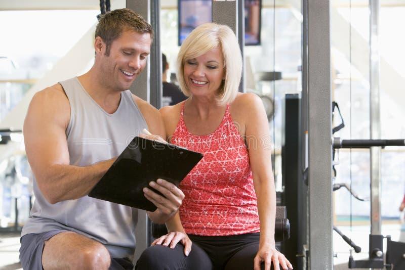 Persönlicher Kursleiter an der Gymnastik lizenzfreie stockbilder