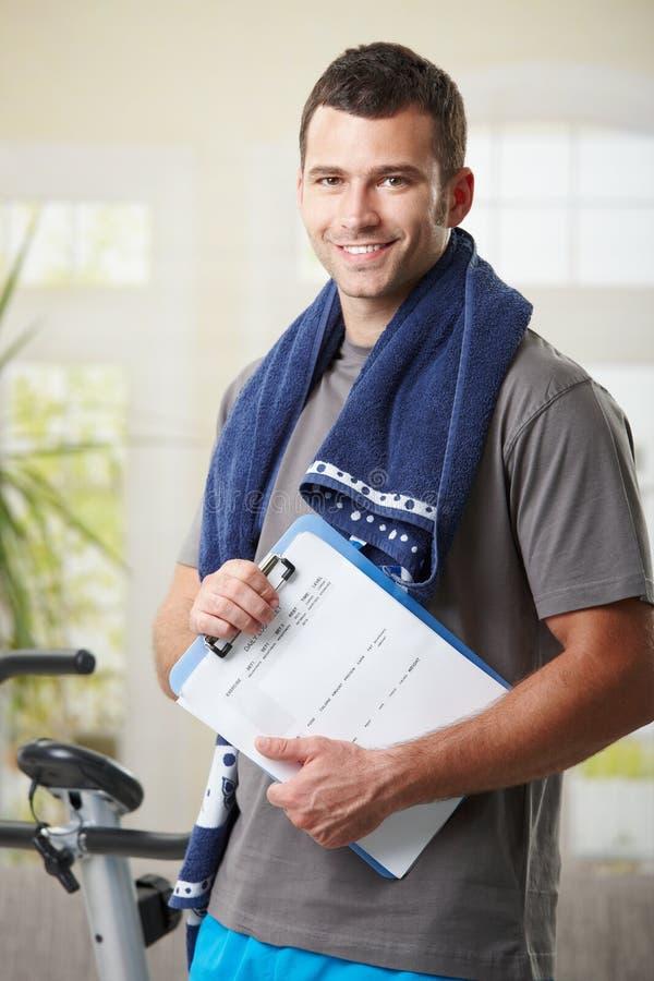 Persönlicher Kursleiter mit Trainingsplan. stockfoto