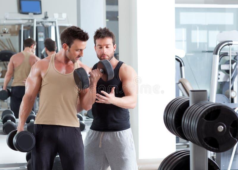 Persönlicher Kursleitermann der Gymnastik mit Gewichttraining stockbild