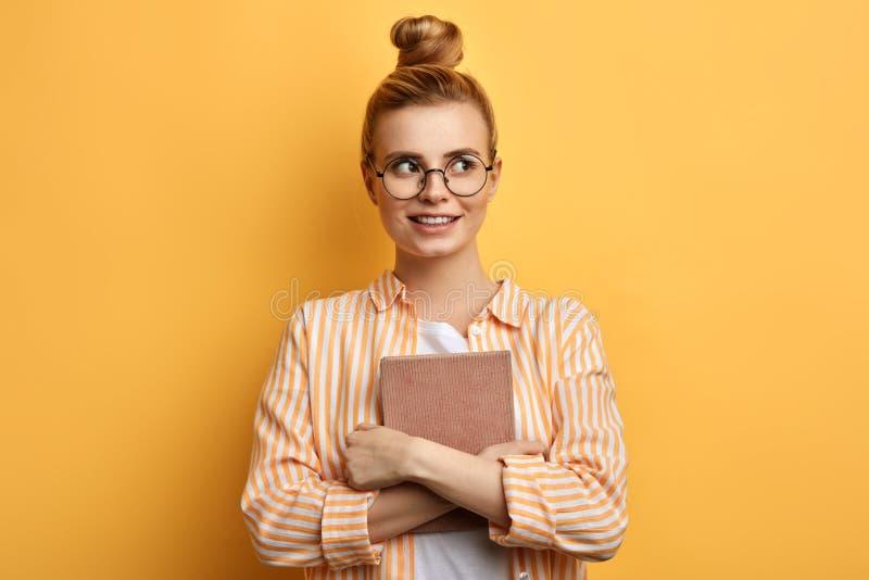 Persönlicher Lehrer in der zufälligen stilvollen Kleidung, die Kopienraum betrachtet stockbild