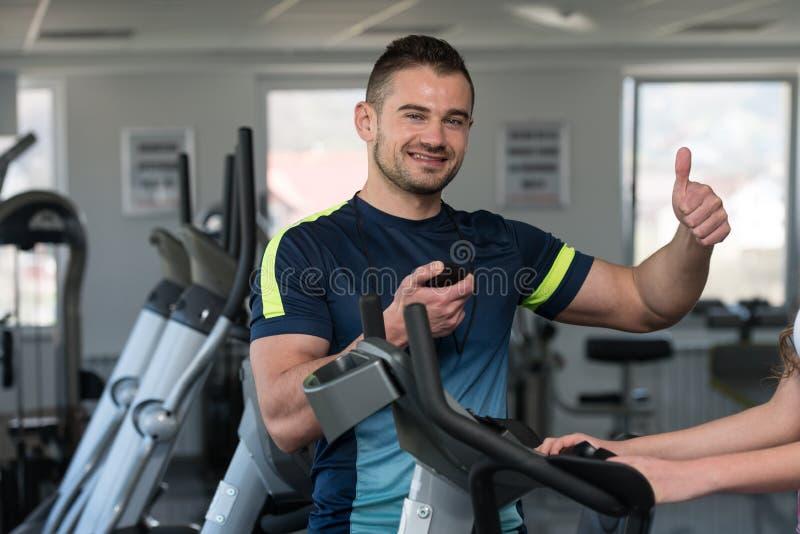 Persönlicher Trainer Showing Ok Sign zum Kunden lizenzfreies stockfoto