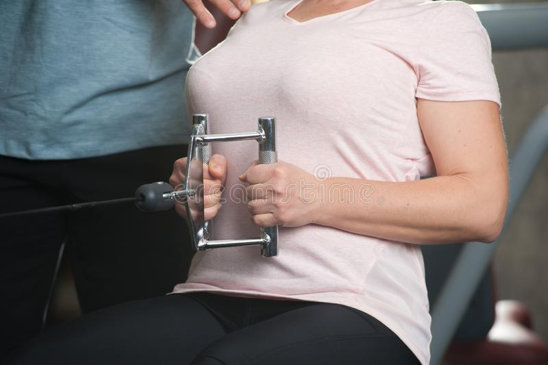 Persönlicher Trainermann hilft einer älteren Frau lizenzfreies stockfoto